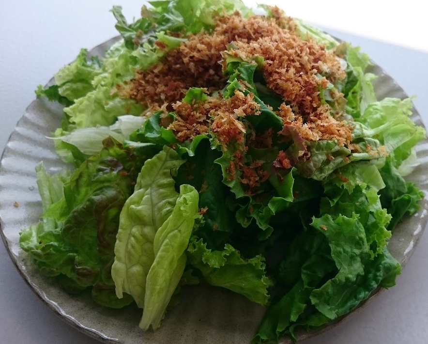 <p>ガーリック風味のパン粉サラダ</p>