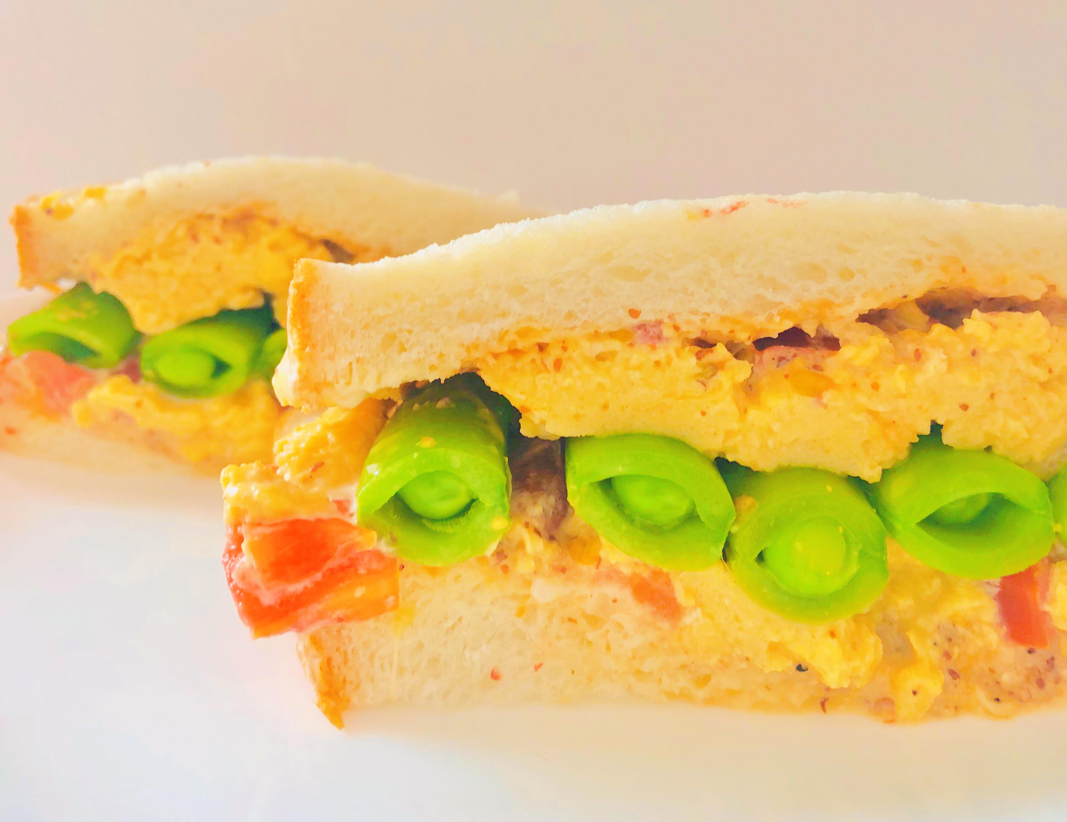 スナップエンドウと卵のサンドイッチ